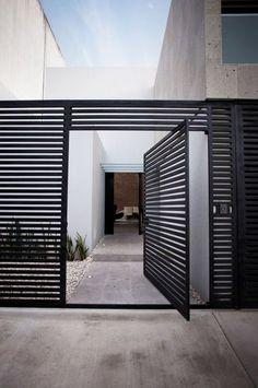 黒い格子の大きな門扉 #外観