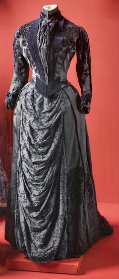 Business dress, belonging to Empress Maria Fyodorovna, by M. Noirel's workshop, St. Petersburg, around 1885. Satin, lace, velvet. State Hermitage Museum, via http://www.hermitage.guide/costume/costume1.html. CLICK FOR LARGER IMAGE.