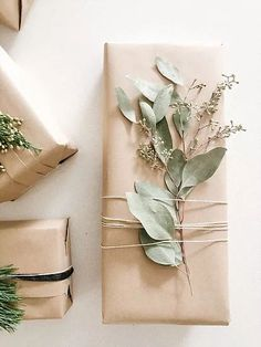 Here are some clever sustainable gift wrapping ideas. Christmas Gift Wrapping, Christmas Crafts, Kids Christmas, Elegant Christmas, Creative Gift Wrapping, Wrapping Paper Ideas, Cute Gift Wrapping Ideas, Brown Paper Wrapping, Wrapping Presents