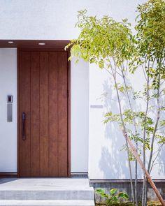 ドアと塗り壁とグリーン。 #グランハウス #設計事務所 #新築#マイホーム #愛知#岐阜 #玄関#玄関ドア #外壁#塗り壁#ナチュラルガーデン #天井杉板#かわいい外観 #お庭#ガーデン