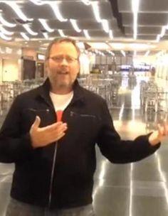 Que faire lorsque l'on s'ennuie tout seul dans un aéroport ? Richard Dunn a trouvé la solution idéale : la chanson ! Coincé toute la nuit dans l'aéroport de Las Vegas à cause de son vol retardé, cet Américain de 43 ans a jugé bon de réaliser un clip en chantant en playback « All By Myself » de Céline Dion.  http://www.elle.fr/Loisirs/Sorties/News/Il-chante-All-By-Myself-dans-un-aeroport-Celine-Dion-lui-repond-2712727