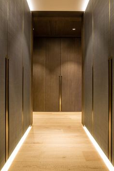 One Hyde Park, Knightsbridge. Joinery - INTERIOR-iD. Dressing Room with antique brass metal detailing, bespoke recessed handles fully integrated into framed wardrobe doors with woven leather and dark stained Zebrano timber. Wardrobe Handles, Wardrobe Doors, Wardrobe Closet, Flur Design, Home Design, Interior Design, Interior Door, One Hyde Park, Ideas Armario