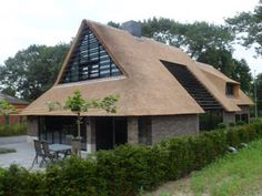 Mooie lamellen aan zijkant Thatched House, Thatched Roof, Different House Styles, Dutch House, Villa, A Frame House, Tropical Houses, House Roof, Exterior Design