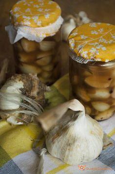 L'aglio sott'olio è una conserva facile e veloce da preparare. Ottimi da gustare come stuzzicchini o come contorno. L'olio può essere utilizzato per condire insalate o primi piatti.
