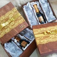 Champanhe com duas taças.Instagram: @karineakuarela