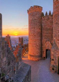CASTLES OF SPAIN - Castillo de Belmonte (Cuenca).Fue construido en la segunda mitad   del siglo XV, por orden de don Juan Pacheco, primer marqués de Villena. Era un momento de   convulsiones y luchas internas en el Reino de Castilla. El marqués se proponía acumular   territorios y construir fortalezas para hacerse fuerte ante los problemas sucesorios que se   avecinaban.
