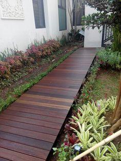 garden with wooden decking bangkirai Wooden Pathway, Wood Walkway, Outdoor Landscaping, Front Yard Landscaping, Rustic Gardens, Outdoor Gardens, Backyard Garden Design, Pergola Garden, Diy Pergola