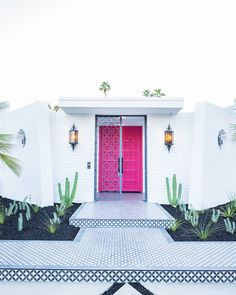 Peek Behind The New Pink Doors in Palm Springs! Peek Behind The New Pink Doors in Palm Springs! – Kelly Golightly - Add Modern To Your Life Palm Springs Häuser, Palm Springs Style, Design Entrée, Home Design, Design Ideas, Home Interior, Modern Interior Design, Contemporary Interior, Interior Ideas