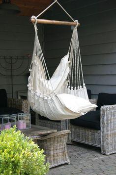 Mooie hangstoel voor in de tuin. Om uren in weg te dromen........