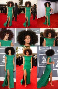 A família Knowles ficou bem no Grammy! Solange, a caçulinha da Beyoncé, foi outra que escolheu verde para o evento. Desfilou pelo tapete vermelho com muito brilho, nesse clássico com mangas estruturadas de Ralph & Russo. As jóias são de Lorraine Schwartz. Para coroar o look poderoso - olha só a fenda linda, alongando a silhueta - sapatos coral e cabelo afro, com uma make up nude. Quase uma Diana Ross.