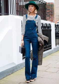Denim Overalls - Best Street Style at London Fashion Week Fall 2015 - Livingly London Fashion Weeks, Overalls Outfit, Denim Overalls, Denim Outfit, London Stil, Jeans Flare, Salopette Jeans, Style Snaps, Fashion Moda