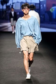 Yes to the shirt Male Fashion Trends: Ordinary People Spring-Summer 2017 - Seoul Fashion Week Korean Fashion Trends, Korean Street Fashion, Korean Male Fashion, Seoul Fashion Week, Look Fashion, Fashion Tips, Fashion Design, Moda Men, La Mode Masculine