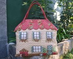 images attach c 11 117 73 House Quilts, Fabric Houses, Fabric Bags, Fabric Dolls, Sewing Crafts, Sewing Projects, Newspaper Crafts, Quilted Bag, Wool Applique