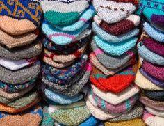 """Socken stricken macht Spaß und ist auch gar nicht schwer. Mit der Bumerangferse schaffen es auch Anfänger, die sich mit der """"klassischen Ferse"""" oft..."""