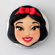 Everybody will be awed with this Snow White cake. 😍 Everybody will be awed with this Snow White cake. Cake Decorating Videos, Cake Decorating Techniques, Cookie Decorating, Fondant Cakes, Cupcake Cakes, Winter Torte, Mousse Au Chocolat Torte, Snow White Cake, White Cakes
