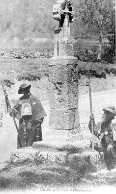 Peregrinos a Compostela junto a la cruz de Roncesvalles.