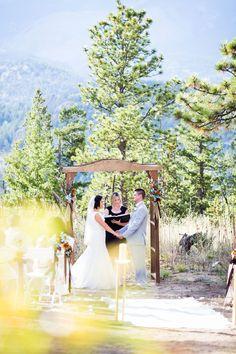 An intimate Rocky mountain ceremony in Estes Park, Colorado. Image: @SarahGCreative