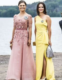 Princess Sofia of Sweden Sets the Bar High for Summer Wedding Guests Princess Victoria in blush gown & Princess Sofia in yellow one shoulder gown Princess Sofia Of Sweden, Princess Victoria Of Sweden, Princess Estelle, Crown Princess Victoria, Sweden Fashion, Style Royal, Summer Wedding Guests, Wedding Weekend, Yellow Gown