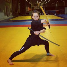 "740 curtidas, 12 comentários - Оля Akamy (@oliaakamy) no Instagram: ""#tsunami_team #katana #bo_staff #xma #extremweapon #ninja #kunoichi #karatedo #kungfu #kobudo…"" Action Pose Reference, Pose Reference Photo, Figure Drawing Reference, Body Reference, Art Poses, Drawing Poses, Drawing Tips, Female Action Poses, Action Posen"