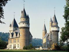 Château de Faulx Les Tombes, Gesves, Belgique. La construction du château, défendant la vallée du Sanson pour le comte de Namur, date du début du XIIIe siècle. La façade ouest de style Renaissance remonte à 1563. Après plusieurs changements de propriétaires, il devient, en 1665, propriété de la famille Corswaren, jusqu'à la révolution française. Remanié dans un style néogothique en 1872 par l'architecte Henri Beyaert, il est ravagé par un incendie en 1961.