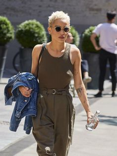 "celebsofcolor: ""Zoe Kravitz out in NYC "" Casual Street Style, Street Style Looks, Zoe Kravitz Style, Zoe Isabella Kravitz, Mode Inspiration, Look Fashion, Hard Rock, Her Style, Cool Girl"