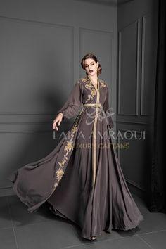 Caftan marocain moderne brodé by sophia benyahya - Autos Online Morrocan Fashion, Morrocan Dress, Moroccan Caftan, Hijab Evening Dress, Formal Evening Dresses, Couture Dresses, Fashion Dresses, Mode Turban, Arab Fashion