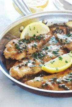 Recette du poulet piccata, ou poulet sauce au citron et câpres. Plat italien rapide et délicieux. Ce sont des escalopes de poulet dans une sauce onctueuse au citron et aux câpres. Superbes avec des pommes de terre sautées ou rôties au four (et autres légumes), des pâtes, du riz ou de la polenta.