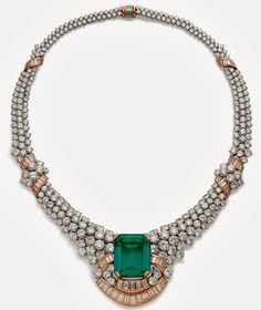 Колумбийский прямоугольный изумруд 29,16 карата, бриллианты круглой и багетной огранки общим весом 77 карат.