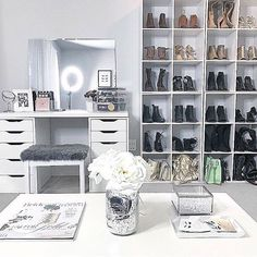 35 Beautiful Dressing Table Design For Your Room Whether it is about practicing a speech or doing make-up, a dressing table helps you to bring out the best […] Vanity Makeup Rooms, Vanity Room, My New Room, My Room, Closet Interior, Rangement Makeup, Dressing Table Design, Modern Closet, Glam Room