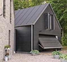Nebengebäude mit schwarzer Fassade