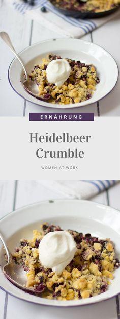 """""""Crumble"""" ist eine Nachspeise aus den USA, wobei man vom Streuselkuchen nur das Beste genommen hat: Früchte und Streusel. Er kann mit jeder Frucht kombiniert werden. Am besten klappt es mit Früchten, bei denen besonders viel Saft beim Backen gebildet wird. Dadurch wird er knusprig und saftig zugleich. Heidelbeer-Crumble ist ein absoluter Klassiger, leicht nachzumachen und kann auch kalt genossen werden!"""