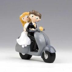 Pareja de novios para la tarta de boda. Simpáticos novios montados en una moto
