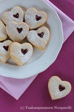 Vaniljaiset vadelmatäytekeksit No Bake Cookies, Baking Cookies, Christmas Treats, Biscuits, Deserts, Food And Drink, Sweets, Sweet Stuff, Crack Crackers