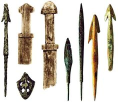 Деревянные игрушечные мечи, железное копье, бронзовый наконечник ножен меча, наконечники железных боевых и костяных охотничьих стрел. IX–X века. Старая Ладога