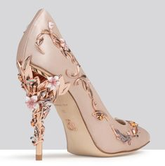 With ornamental filigree leaves spiralling naturally up the heel, that Ralp&Russo Spring/Summer 2017 shoes and bags collection, harks back to the beauty and perfection of a lost paradise. As if from an enchanted fairy-tale, entangled in the dense foliage of the forest and claimed by a wandering