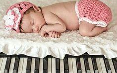 Musica e bambini: gli anni delle note musicali La musica e i bambini. La Musica una passione! Dei genitori, magari. O magari no, anche dei figli, a patto ovviamente che si seguano le naturali inclinazioni del bambino: in barba ai desideri di un p #tempolibero #musica #bambini #genitori