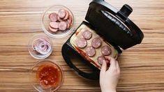 Para a massa:1 ½ xícara de farinha de trigo1 colher de chá de fermento químico em pó¼ colher de chá de açúcarSal a gosto1 xícara de leite integral¼ xícara de óleo1 ovo¼ xícara de queijo parmesão raladoManteiga sem sal derretida para untarPara o recheio de marguerita:1 tomate fatiado10 fatias de queijo muçarelaFolhas de manjericãoPara o recheio de calabresa: 1 linguica calabresa defumada em rodelasOrégano seco a gosto