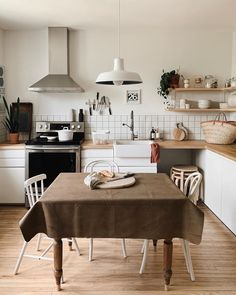 White and wood kitchen Small Farmhouse Kitchen, Kitchen Dining, Home Design Decor, House Design, Home Decor, Minimal Home, Beautiful Interior Design, House Layouts, Updated Kitchen