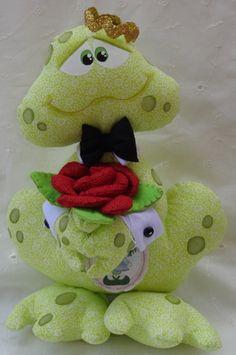 Sapo Freddy - 28cm   Ateliê Boneca de Retalhos   1B3773 - Elo7 Doll Sewing Patterns, Sewing Toys, Frog Crafts, Diy And Crafts, Lady Bug, Disguise Art, Homemade Dolls, Fabric Wreath, Sock Animals