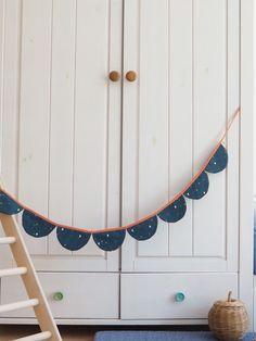 Wimpelkette aus Stoff – mit Liebe genäht – wunderschöne Dekoration für den Kindergeburtstag - Kinderzimmer & Co Du kannst sie entweder draußen aufhängen (bitte nicht bei Regen) oder in Wohnung, Haus oder wo immer du magst. Viel Spaß beim dekorieren! #wimpelkette #geburtstag #kindergeburtstag #dekorieren #stoffwimpelkette #dekoration #feiern #gelberknopf #kinderzimmerdekoration Mirror, Furniture, Etsy, Home Decor, Products, Sew Simple, You're Welcome, Fabric Crown, Round Bathroom Mirror