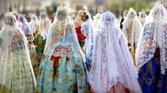Ofrenda de flores a la Virgen de los Desamparados, durante las Fallas de Valencia. La mantilla protagonista
