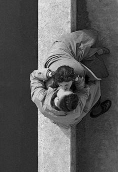 1955, Paris, quai du Louvre, couple