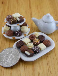 Chocolates with Tea ❤☕ - Dollhouse Miniatures Cute Polymer Clay, Cute Clay, Polymer Clay Miniatures, Polymer Clay Charms, Diy Clay, Clay Crafts, Dollhouse Miniatures, Miniature Crafts, Miniature Food