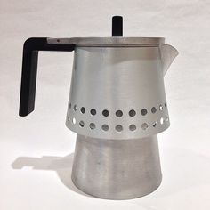 Great ways to make authentic Italian coffee and understand the Italian culture of espresso cappuccino and more! Italian Espresso, Best Espresso, Italian Coffee, Espresso Maker, Coffee Maker, Espresso Coffee, Coffee Drinks, Coffee Cans, Coffee Varieties