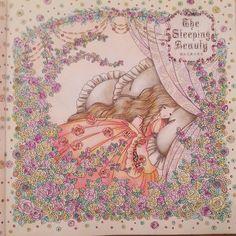 . 眠れる森の美女. . 最初、ドレスはイエロー、枕はオレンジだったけど色みがつまらなくて塗り直しました(..)。 . だから若干まだ最初のイエローとオレンジが残ってるかな??。 . #お姫さまと妖精のぬり絵ブック  #おとぎ話のぬりえシリーズ  #coloringbook  #coloriage  #コロリアージュ #大人の塗り絵 #大人のぬりえ
