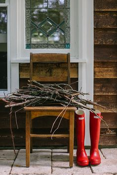 I love this simple idea for a front or back porch around Christmastime!