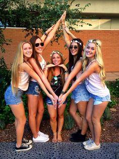 Kappa Alpha Theta at Arizona State University - Modern Group Picture Poses, Girl Photo Poses, Friend Poses Photography, Photography Poses Women, Friendship Photoshoot, Friendship Photography, Best Friends Shoot, Bff Pictures, Friend Group Pictures