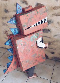 Fun kids dinosaur costume made from a cardboard box by Mini Mad Things - Kids Ideas Diy Dinosaur Costume, Dino Costume, Robot Costumes, Costumes Kids, Cardboard Costume, Cardboard Crafts, Projects For Kids, Diy For Kids, Big Cardboard Boxes