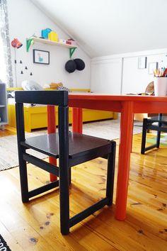 Lastenhuone. Oranssi lastenpöytä ja harmaa lastentuoli saivat juuri maalia pintaan.