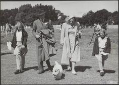 De hond van Prins Bernhard wordt bij fotosessies betrokken. Martin was een Sealyham terriër die de prins ook tijdens de oorlog vergezelde.